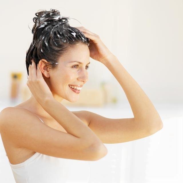 Știți de câte ori pe săptămână trebuie să vă spălați părul?