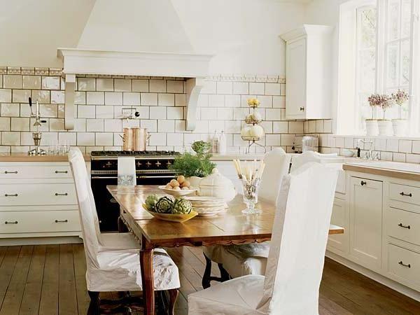în bucătăria clasică albă în interior