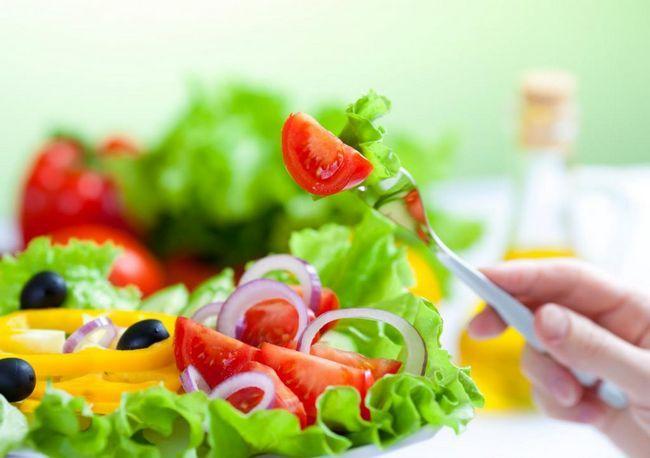 salată, roșii pe o furculiță