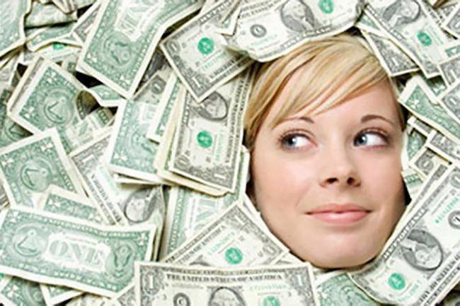 Fata se înălța în bani