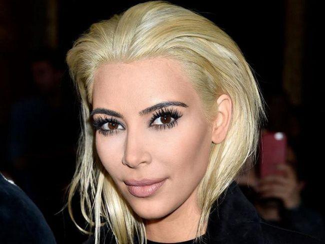 blondă cu ochi negri și sprâncene