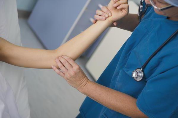 durere la nivelul brațului de la cot până la mâna copilului