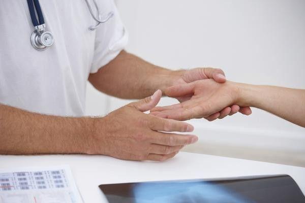 Brațul de la cot până la încheietura mâinii doare din interior