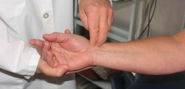 Brațul de la cot până la încheietura mâinii este dureros sub sarcină