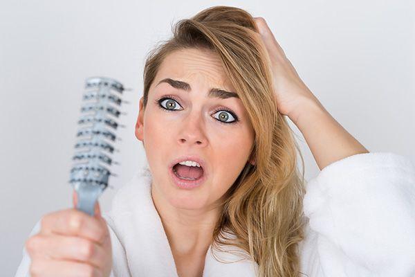 Stingeți ferm părul de la femei, ce să faceți?