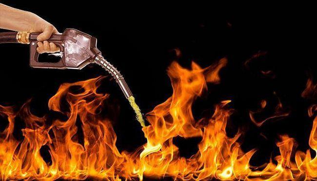 turnați ulei pe foc