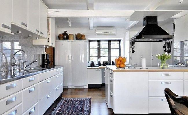 Culoarea albă în interiorul bucătăriei