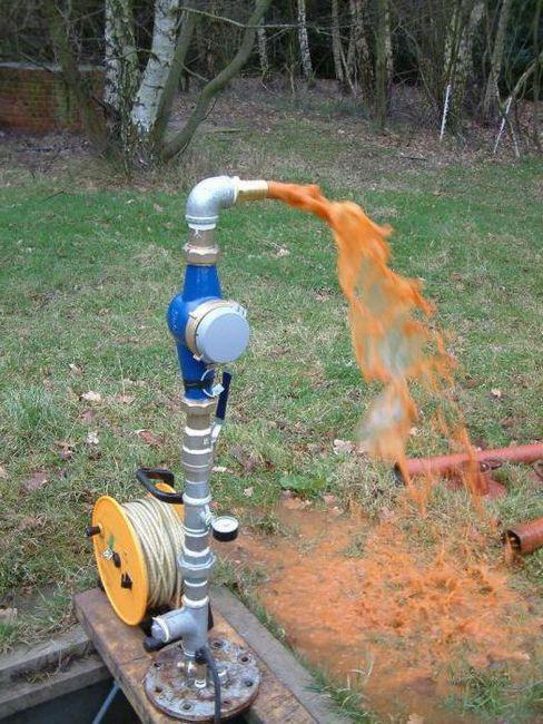 Filtru pentru purificarea apei din fântână din fotografia de fier