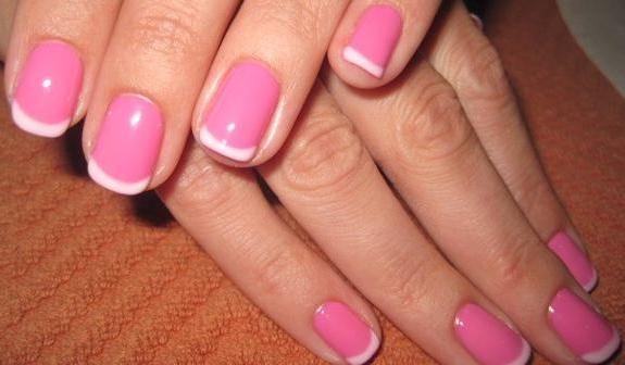strat colorat pe unghii