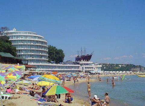 unde pe plaja de nisip din Marea Neagra