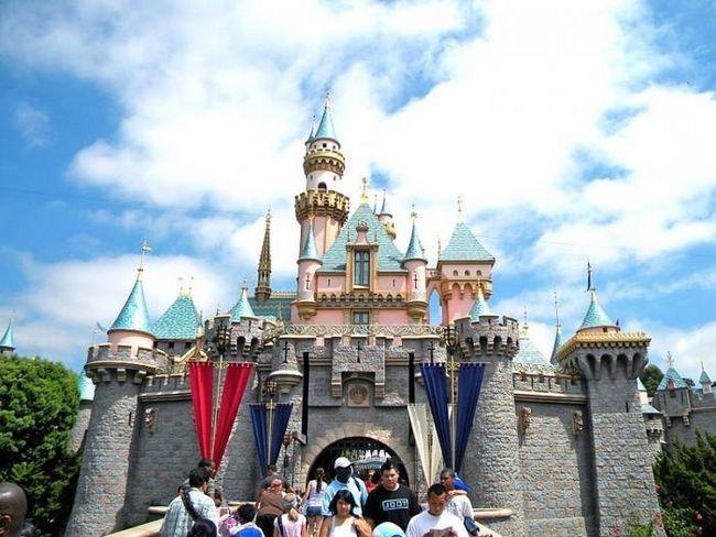 Unde sunt Disneylands (cu excepția SUA)?