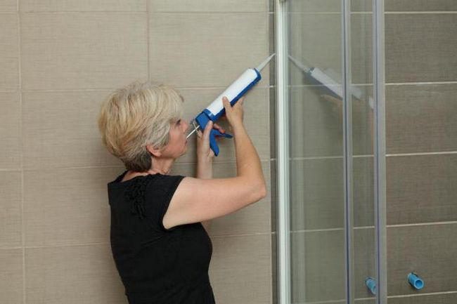Etanșați tava de duș la perete