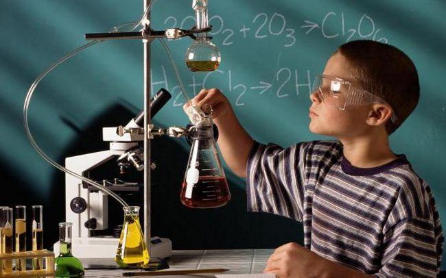 că studiază chimia