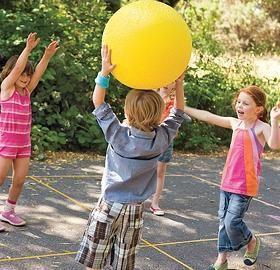 Jocuri cu mingea în natură - beneficii pentru copii și adulți