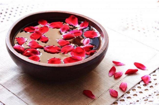 Îndepărtarea petelor pigmentare cu apă de trandafir