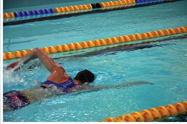 Cum să înotați în mod corespunzător cu un crawl: sfaturi utile