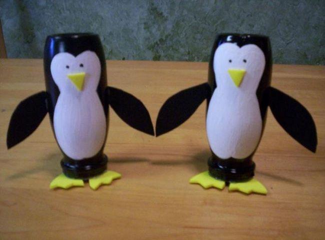 pinguin dintr-o sticlă de plastic