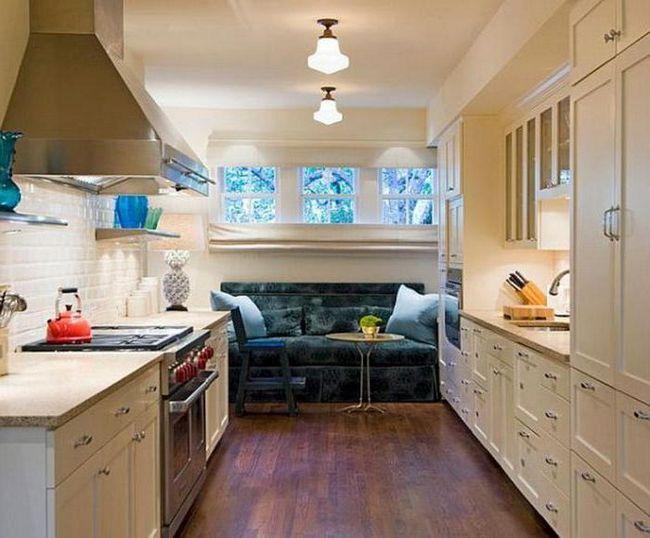 o canapea îngustă în bucătărie