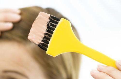 amestecând culorile părului