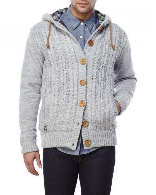 Cardigan tricotat de om cu o glugă
