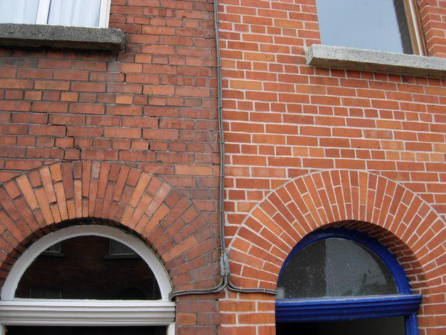 Comparație între două case din cărămidă