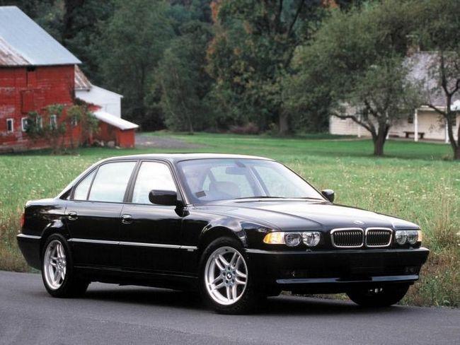 Legendarul BMW 750i