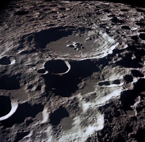 cealaltă parte a Lunii este