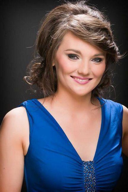 make-up sub o rochie albastra pentru brunet