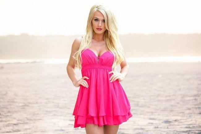 make-up sub o rochie roz pentru blonde
