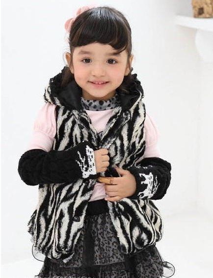 Vesta de vânătoare pentru o fată este o piesă elegantă a unui mic dulap la modă