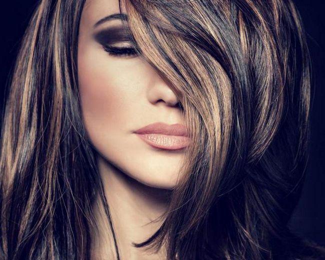 evidențiind părul scurt și întunecat