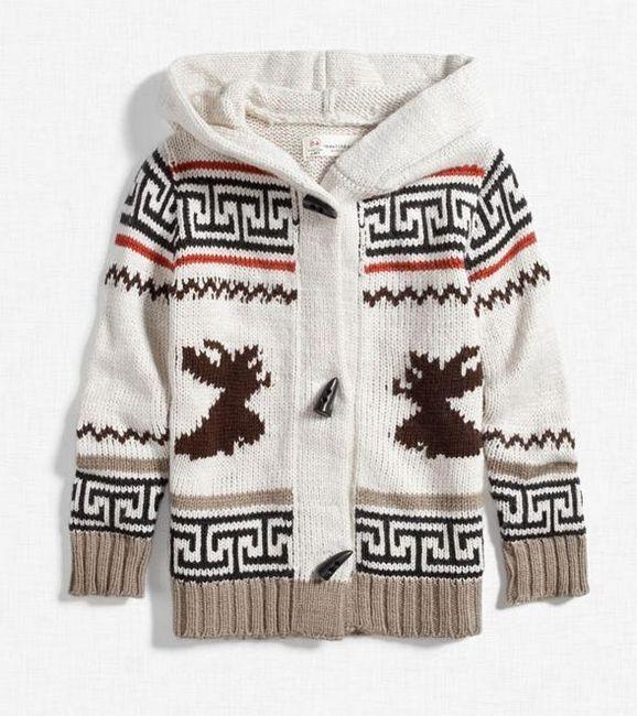 Nu este necesar să puteți tricota modele complexe cu ace de tricotat - îmbrăcămintea împodobește produsul