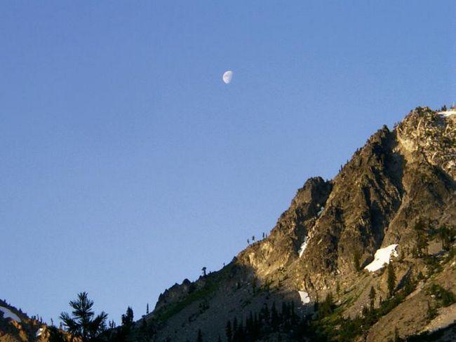 de ce luna este vizibilă în timpul zilei