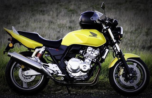 Revedeți Honda CB400SF - bicicleta universală, pretențioasă și frumoasă