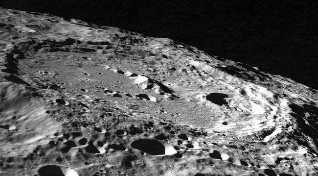 lună în jurul pământului