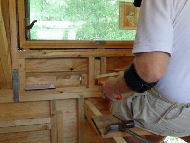 finisarea pantelor ferestrelor în interiorul unei case din lemn
