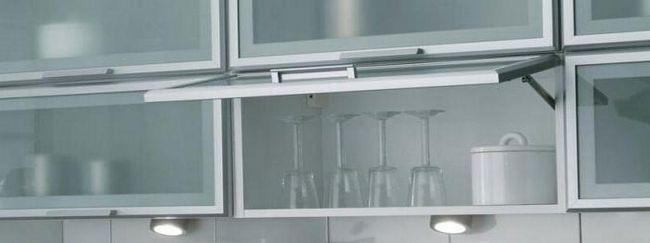 Instalarea balamalelor de sticla