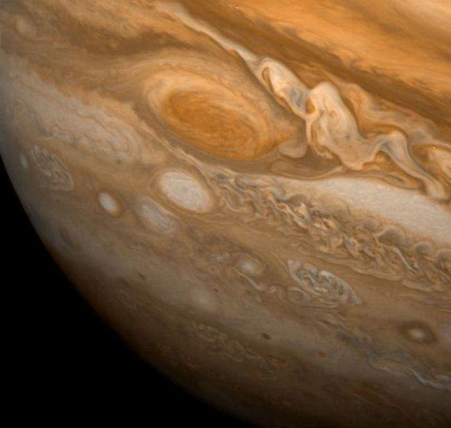 Jupiter sună sateliți