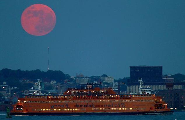 de ce luna este rosie