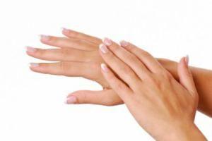 Curăță pielea de pe degete