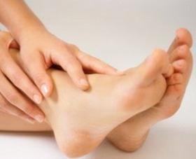 între degetele de la picioare, pielea se îndepărtează