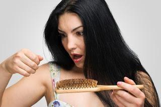 De ce părul se desprinde? Ce să facem cu acest dezastru?