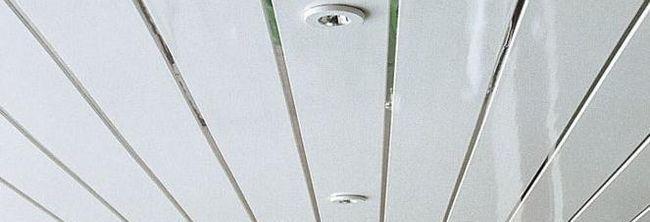 Plafonul plăcilor de ipsos în coridor.