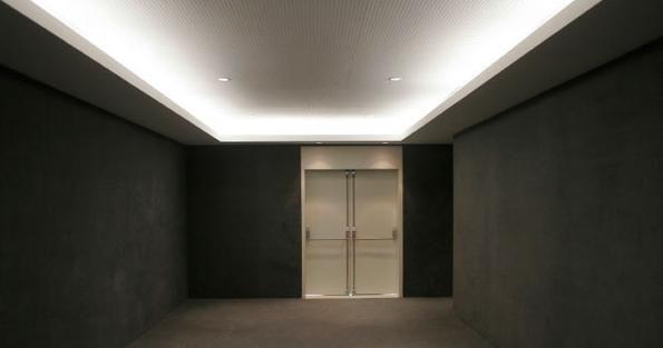 Plafonul este un coridor îngust.