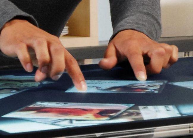 Atingeți ecranul cu mâinile. instrucție