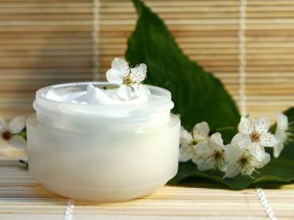 O serie de produse cosmetice pentru îngrijirea feței Garnier Skin Naturals