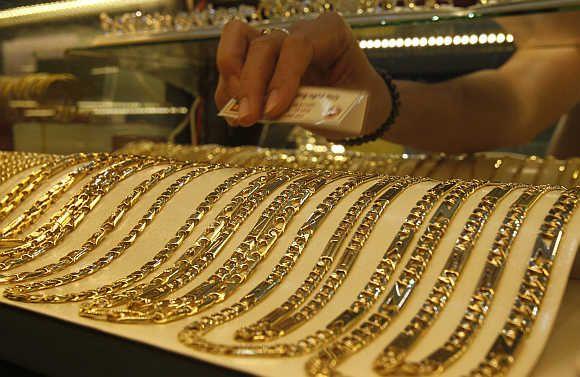 Cât costă un gram de probă de aur 585 în caseta de amanet, la bancă și la magazin?
