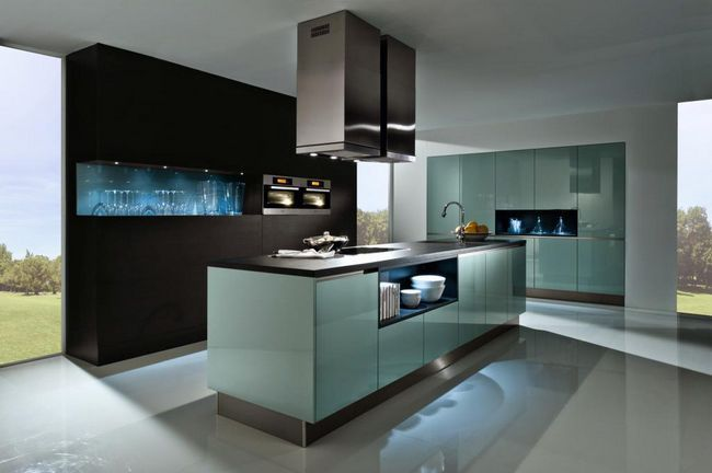 Bucătărie cu fațadă din sticlă transparentă
