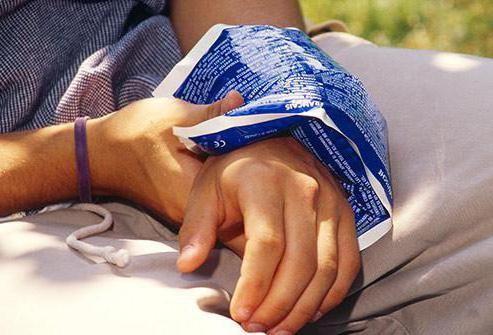 întinzând tendoanele mâinii
