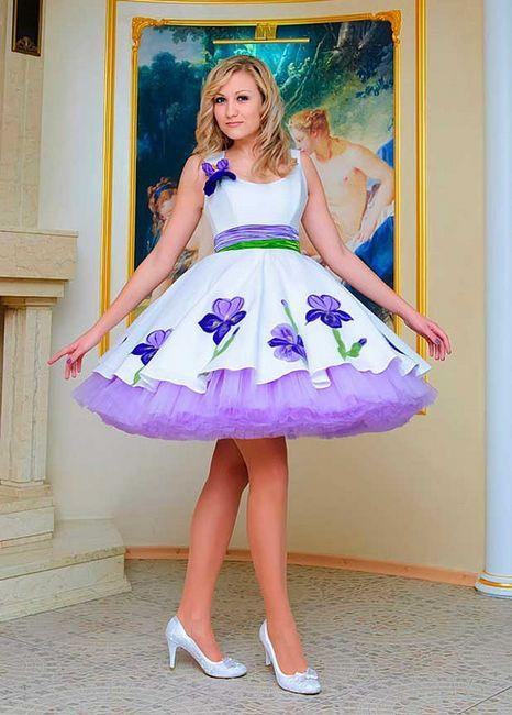 O fată într-o rochie albă cu inserții purpurii
